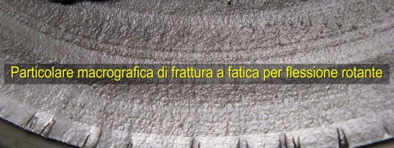 particolare-macrografica-di-frattura-a-fatica-per-flessione-rotante